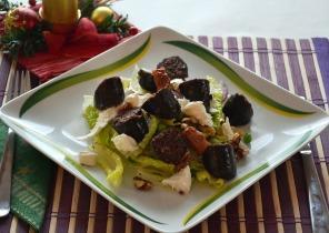 Téli saláta véres hurkával, dióval és mozzarellával