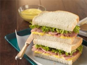 Sonkás, mustáros szendvics
