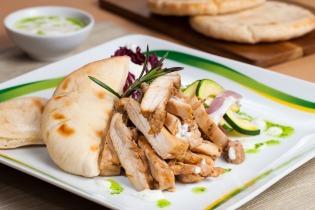 Görög zöldséges csirkecombfilé joghurtos öntettel