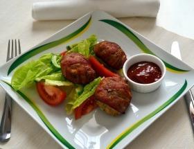 Zöldfűszeres csirkehús gombócok baconbe tekerve