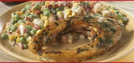 Petrezselymes pontyszeletek frissensütve, majonézes mexikói salátával