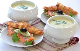 Sajtkrémleves füstölt lazacos croissant szendviccsel