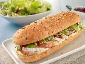 Csirkés, camembertes szendvics áfonyalekvárral