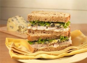 Csirkés, márványsajtos szendvics