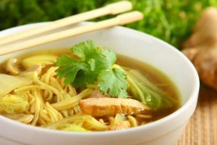Kínai tésztaleves disznóhússal és pak csojjal