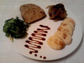 Hízott libamáj szeletek hagymapiramissal és burgonyalángossal