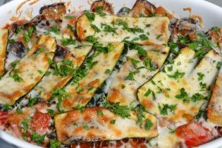 Grillezett zöldségek paradicsomszószban, sajttal sütve