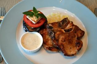 Görög sertéskaraj grillezett padlizsánnal, paradicsommal és fetával
