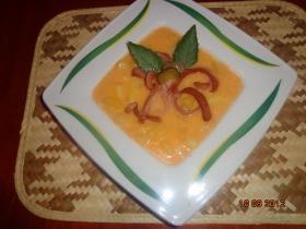 Uborkás burgonya főzelék virsli virággal