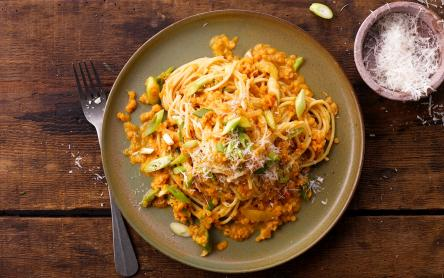 Spagetti vöröslencse szósszal