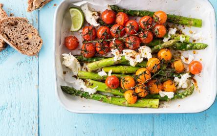 Sült zöldségek zöld spárgával