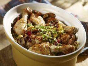 Csirkecombok, baconnel, póréhagymával és gombával