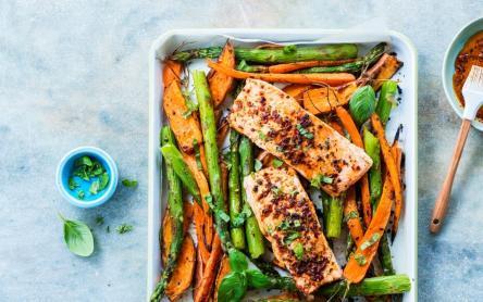 Lazac tavaszi zöldségekkel