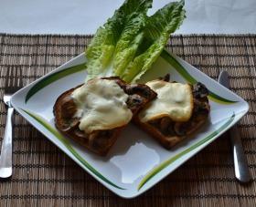 Pirítós barna csiperkével és olvasztott Raclette sajttal