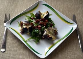 Saláta gorgonzolával töltött fügével, baconnel és rukkolával