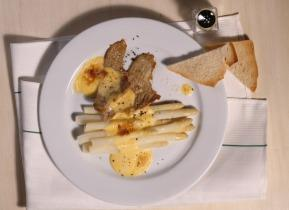 Pirított borjúhús spárgával és sajtos hollandi mártással