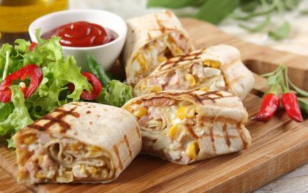 Tortilla tekercs füstölt csirkével, tojáskrémmel és kukoricával
