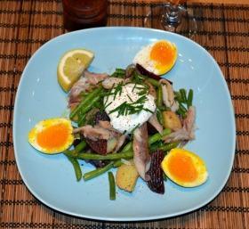 Füstölt makréla saláta újburgonyával, céklával, zöldbabbal és lágy tojással