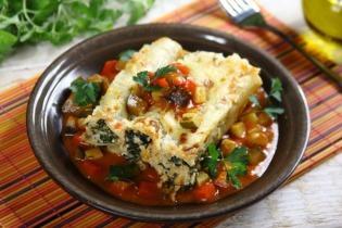 Spenótos-feta sajtos canelloni zöldséges ragu ágyon
