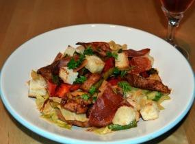 Nyári saláta pirított sertéscsíkokkal, spárgával és sonka chipsszel