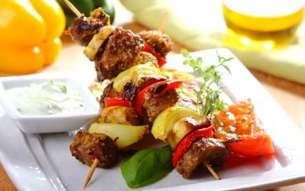 Sertésnyárs gombával és zöldségekkel