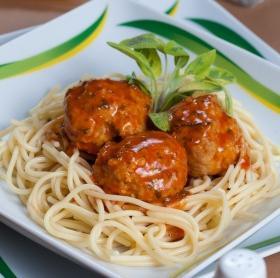 Paradicsomos, sajtos húsgombócok spagettivel
