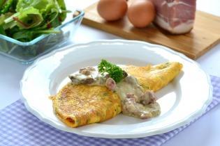 Medvehagymás omlett sonkás-gombás sajtszósszal