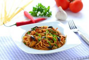 Tenger gyümölcsei spagetti csípős paradicsomszósszal