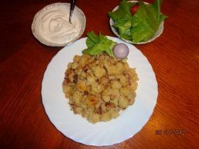 Krumplis gánica gazdagon salátával