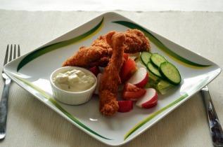 Rántott csirkemell csíkok salátával és ínyenc mártással