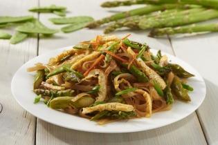 Zöldséges stir-fry rizstésztával