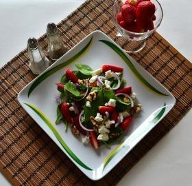 Saláta eperrel, bébi spenóttal, fetával és dióval