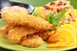 Kukoricabundában sült csirkemell csíkok koktélmártással és sárgarépa salátával