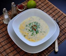 Mexikói sajtkrémleves kukoricával, lime-mal, chilivel és korianderrel