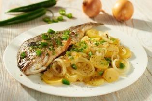 Sütőben sült tengeri hal hagymás burgonyával