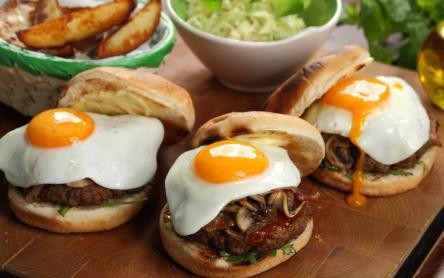 Hamburger tükörtojással és pirított gombával