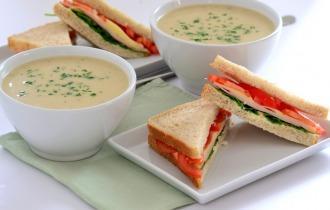 Gombakrémleves füstölt sajtos-pulykasonkás szendviccsel
