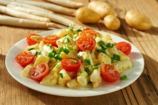 Meleg saláta spárgával, krumplival és paradicsommal
