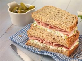 Sonkás, savanyú uborkás, újhagymás szendvics