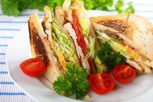 Club sandwich csirkével, baconnel és tojással