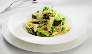 Spagetti spárgával és zöldborsóval