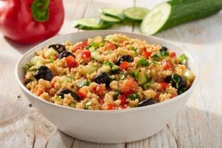 Mediterrán quinoa saláta