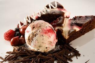 Kakaós-meggyes piskóta Fekete-erdő torta jégkrémmel