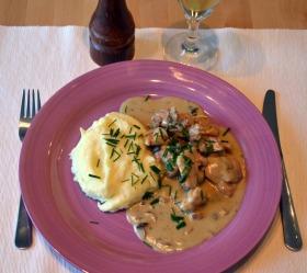 Tejszínes, fokhagymás csirke fehérborral és erdei gombákkal