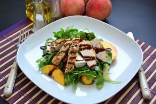 Serpenyős csirkemell saláta őszibarackkal, camembert sajttal és pirított mandulával