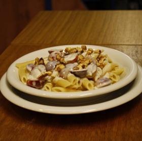 Penne Gorgonzola mártásban szőlővel és dióval