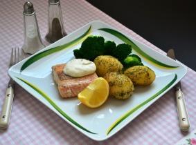 Lazacfilé kapros burgonyával, brokkolival és ínyenc mártással