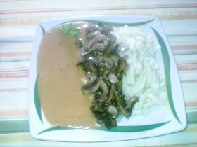 Vegetáriánus vadas, tésztával, pirított gombával
