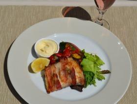 Baconbe tekert pontyfilé zsályával és mediterrán pirított zöldségekkel