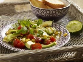 Brazil avokádó saláta paradicsommal, kukoricával és korianderrel